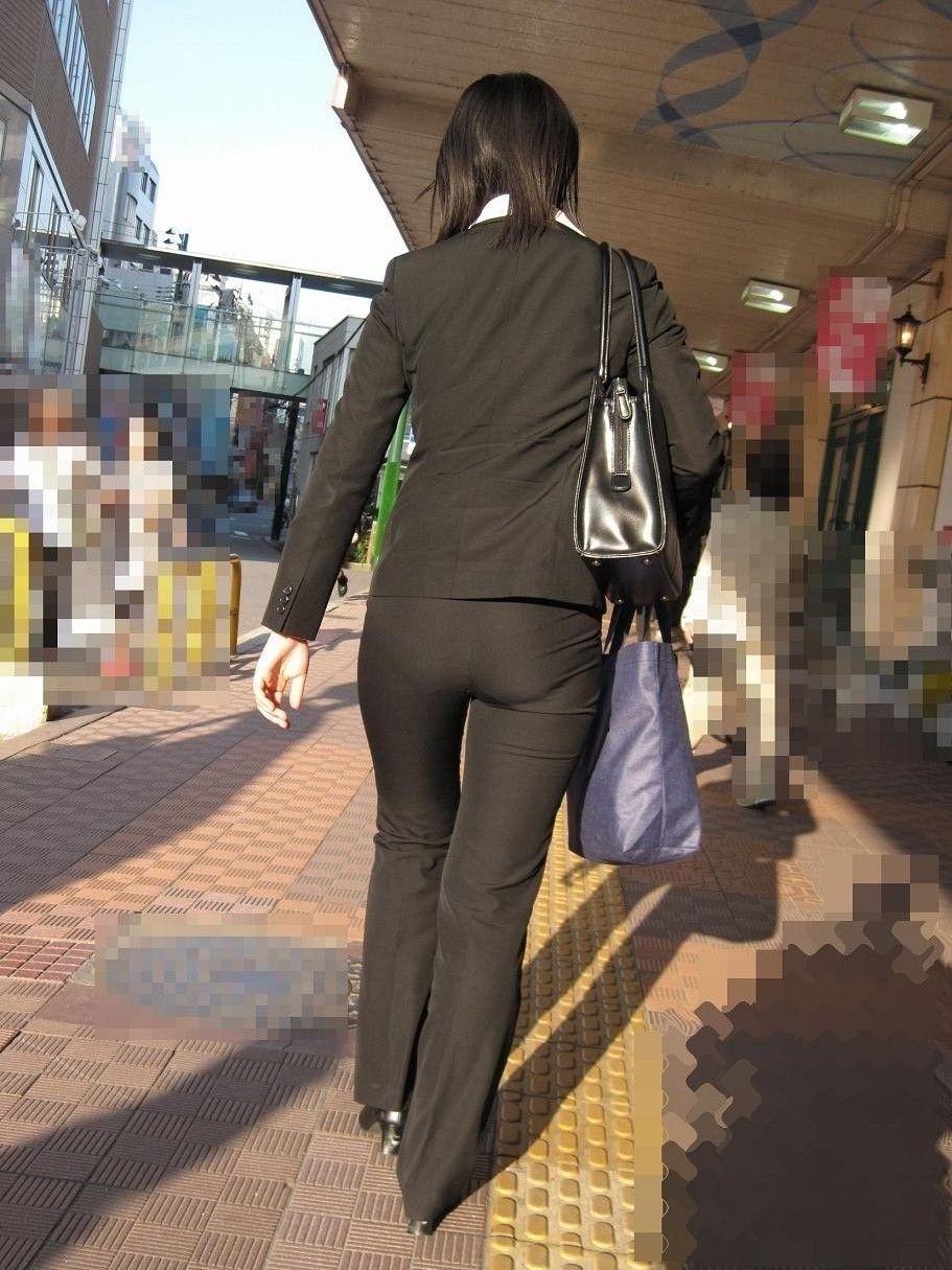 街撮りタイトスカートOLのパンティライン盗撮画像4枚目