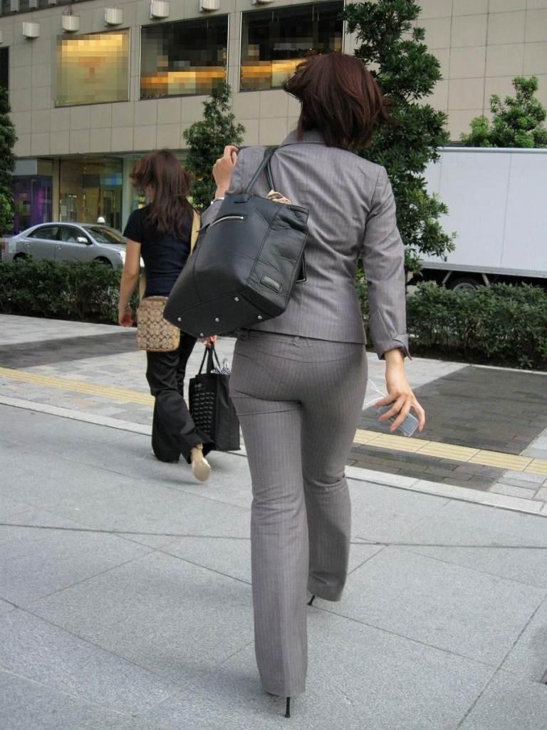 街撮りタイトスカートOLのパンティライン盗撮画像8枚目