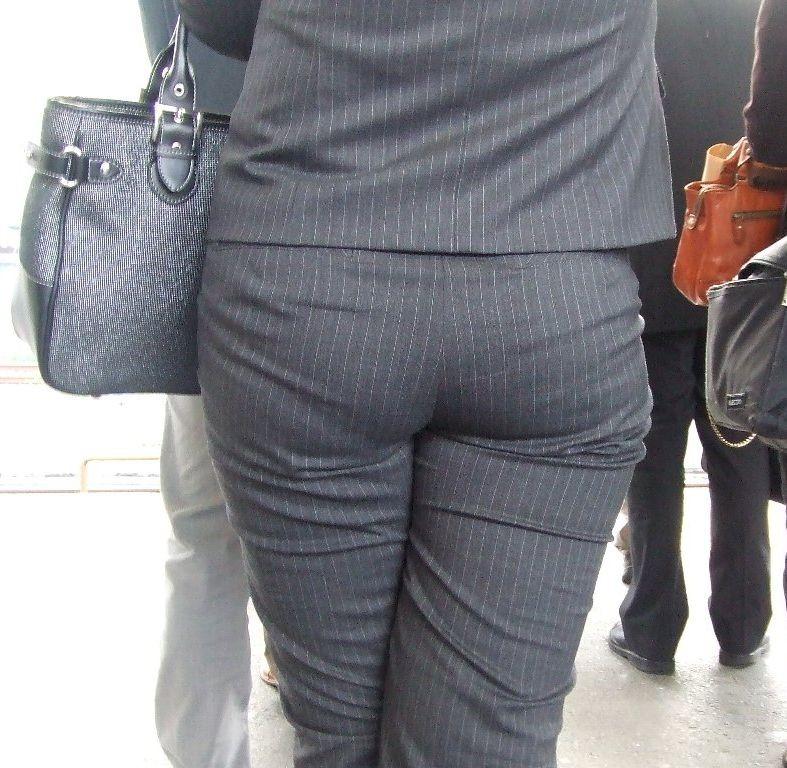 街撮りタイトスカートOLのパンティライン盗撮画像9枚目