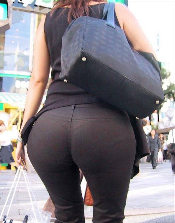 街撮りタイトスカートOLのパンティライン盗撮画像10枚目