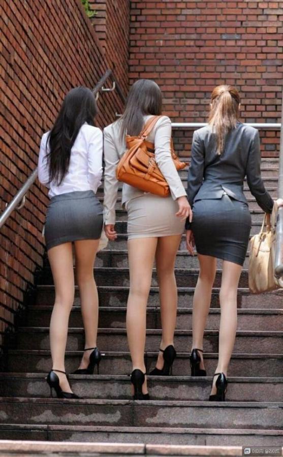街撮りタイトスカートOLのパンティライン盗撮画像11枚目