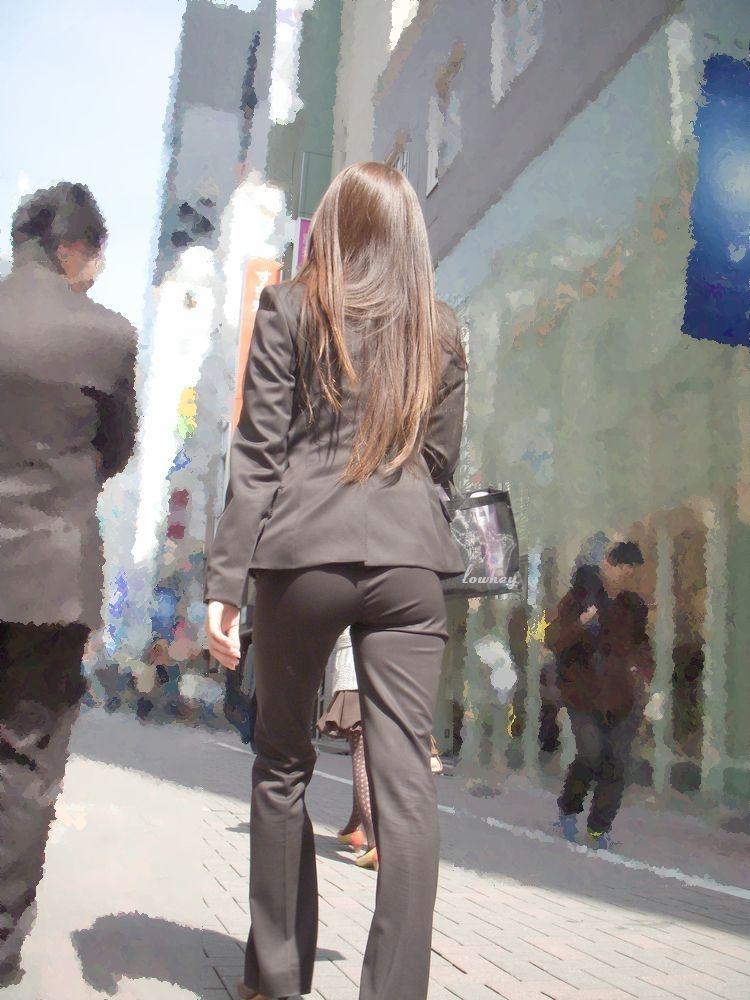 街撮りタイトスカートOLのパンティライン盗撮画像14枚目