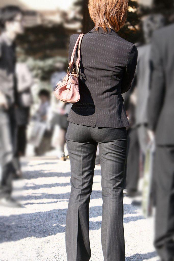 街撮りタイトスカートOLのパンティライン盗撮画像15枚目