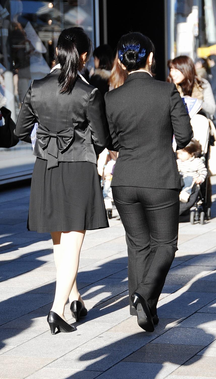 街撮りタイトスカートOLのパンティライン盗撮画像16枚目