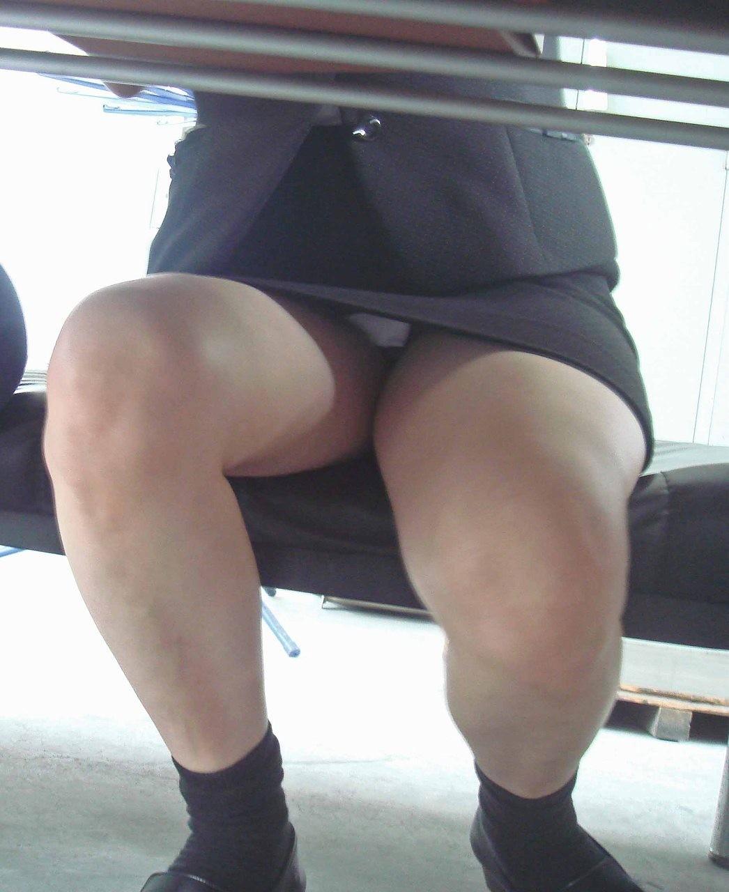 タイトスカートの股を開くOLの三角パンチラ画像3枚目