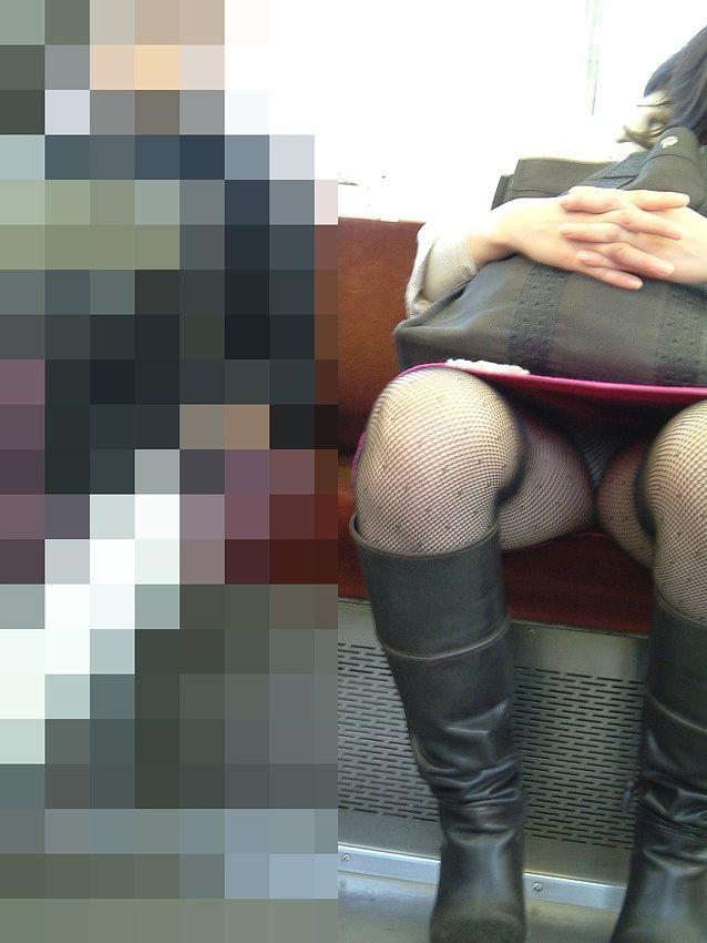 タイトスカートの股を開くOLの三角パンチラ画像12枚目