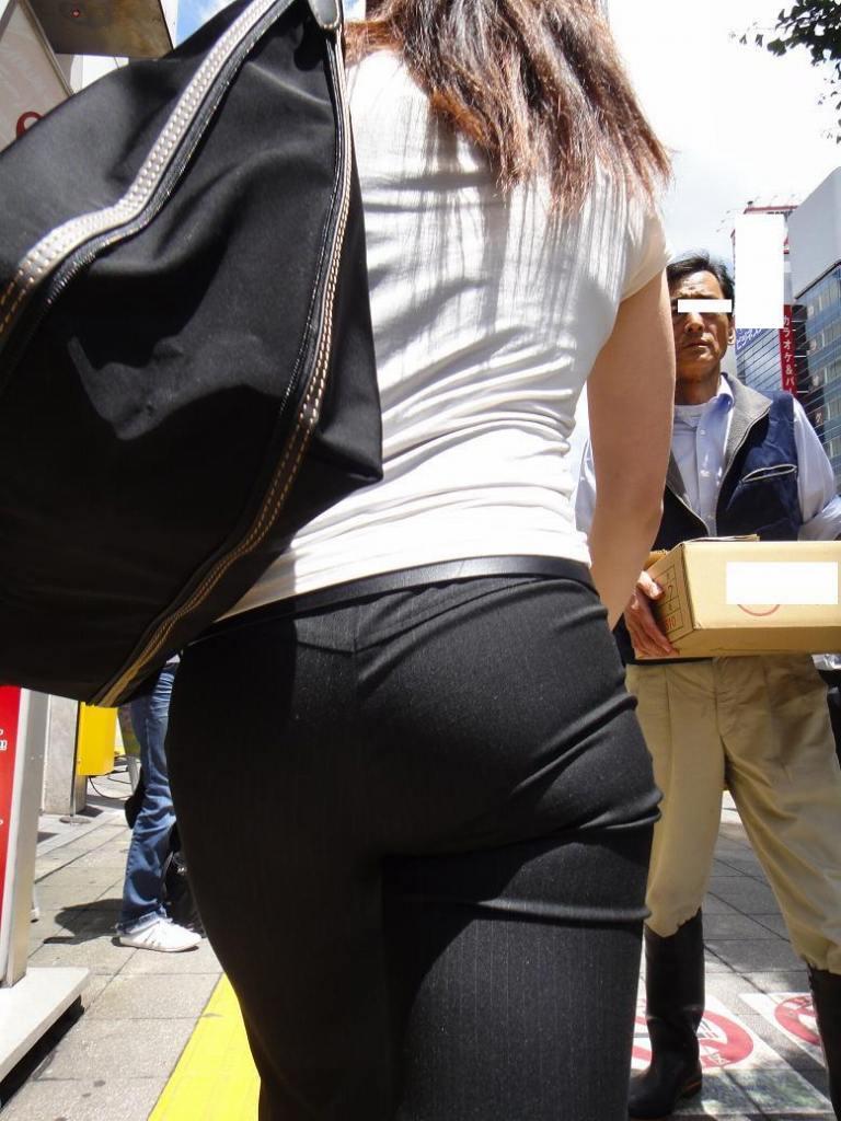 パンツスーツOLの巨尻パンティライン盗撮画像10枚目