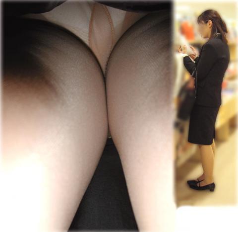 新人リクスーOLのタイトスカート逆さ撮り盗撮画像13枚目