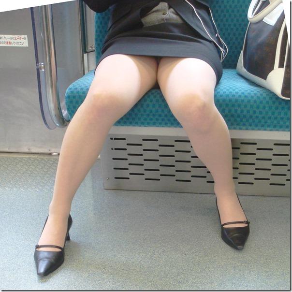 対面電車で盗撮したリクスーOLのデルタ三角画像1枚目