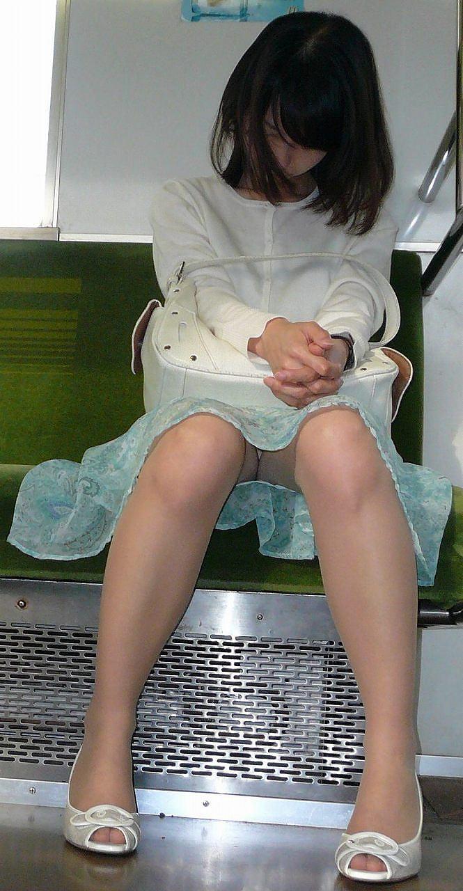 対面電車で盗撮したリクスーOLのデルタ三角画像5枚目
