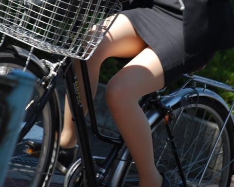 自転車OLのたくし上がったタイトスカート盗撮画像1枚目