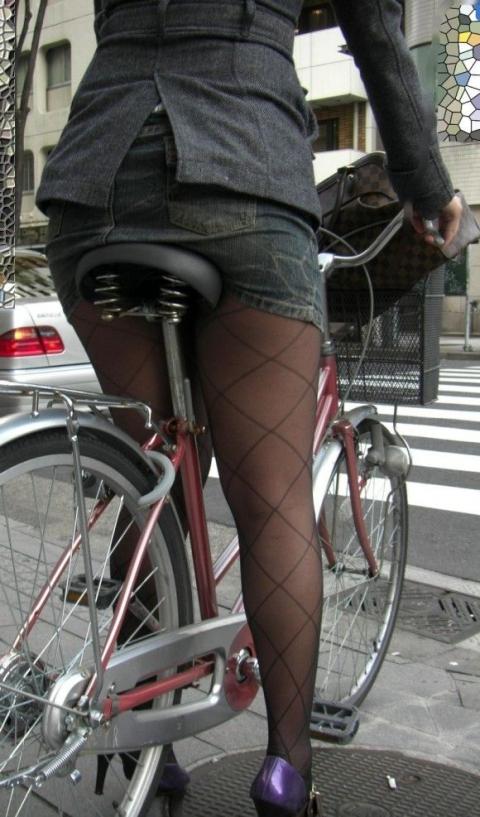 自転車OLのたくし上がったタイトスカート盗撮画像2枚目