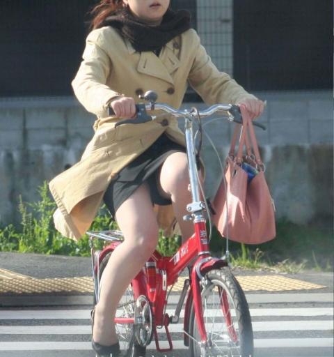 自転車OLのたくし上がったタイトスカート盗撮画像7枚目