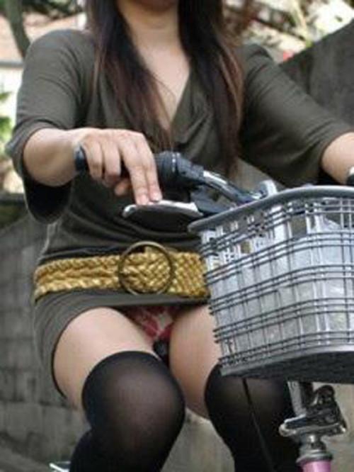 自転車OLのたくし上がったタイトスカート盗撮画像11枚目