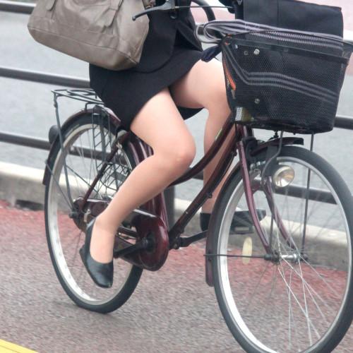 自転車OLのたくし上がったタイトスカート盗撮画像12枚目