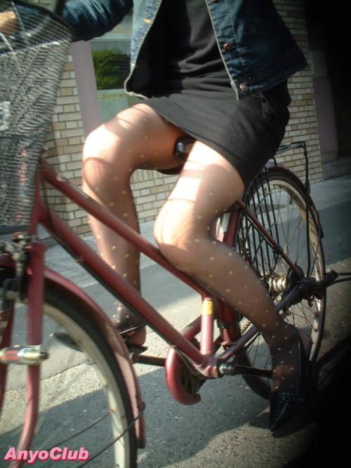 自転車OLのたくし上がったタイトスカート盗撮画像14枚目