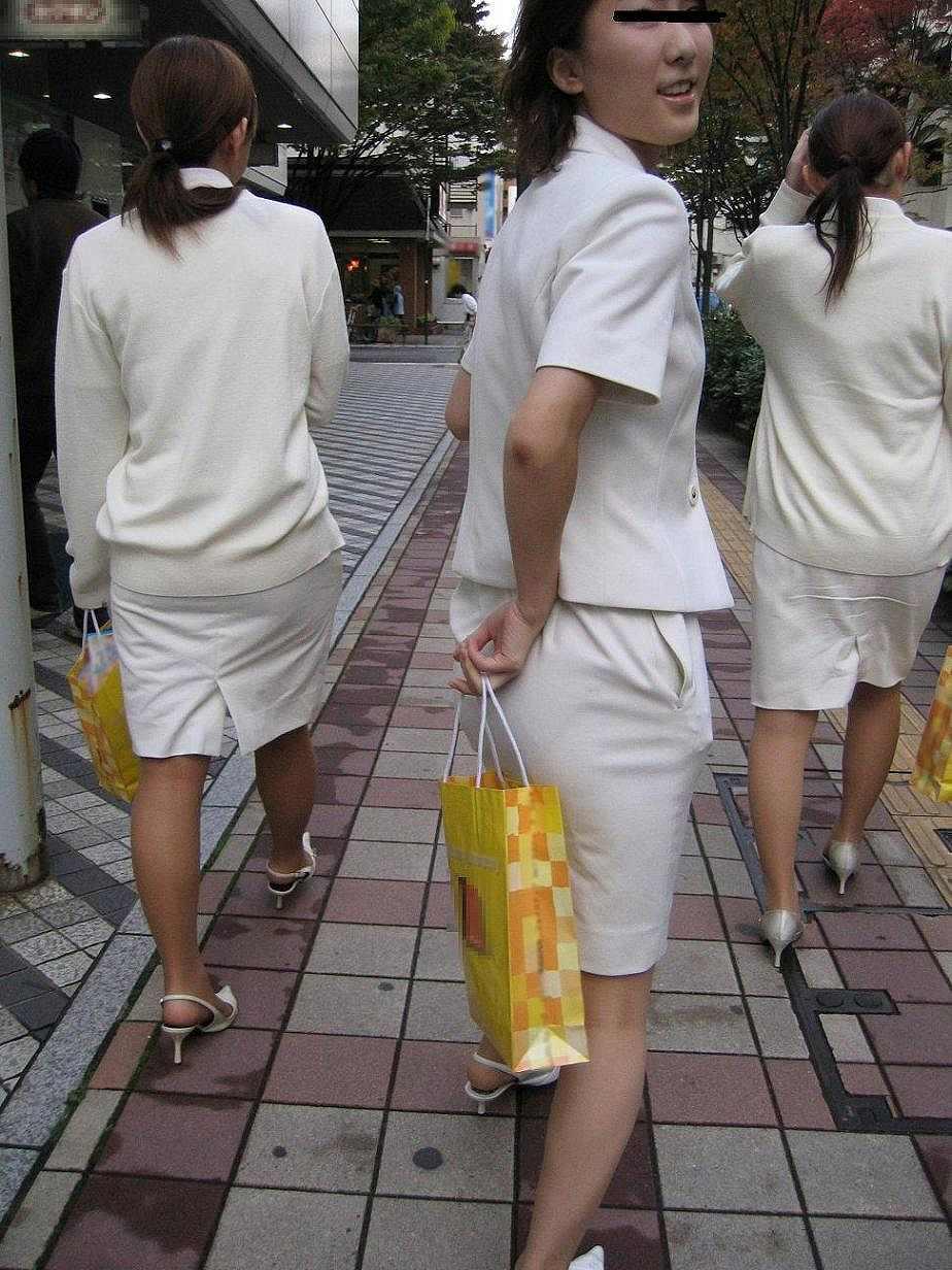 彼氏連れのOLさんのタイトスカート巨尻盗撮画像10枚目