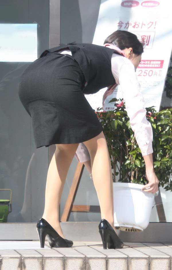 彼氏連れのOLさんのタイトスカート巨尻盗撮画像16枚目