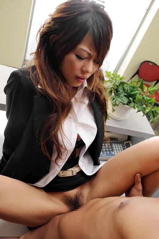 会社内で上司と着衣セックスする赤縁メガネOLエロ画像8枚目