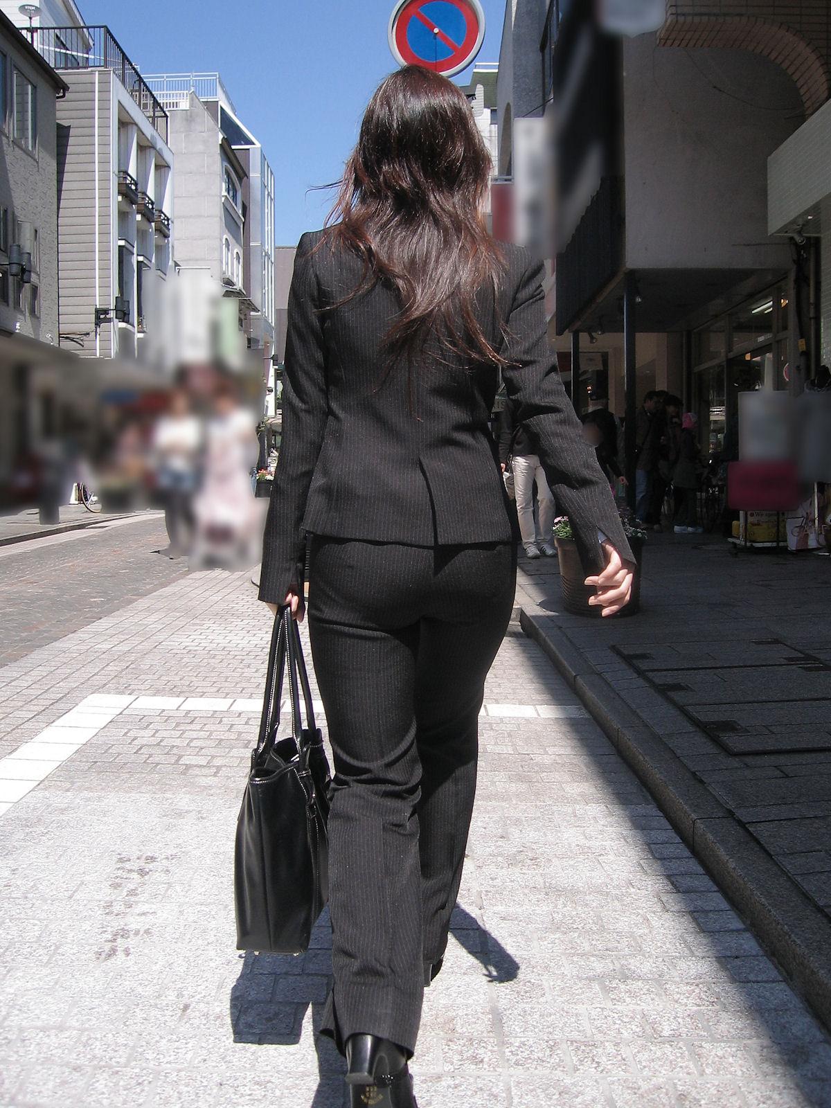 多点盗撮されたOLのスーツ姿のパンティライン画像2枚目