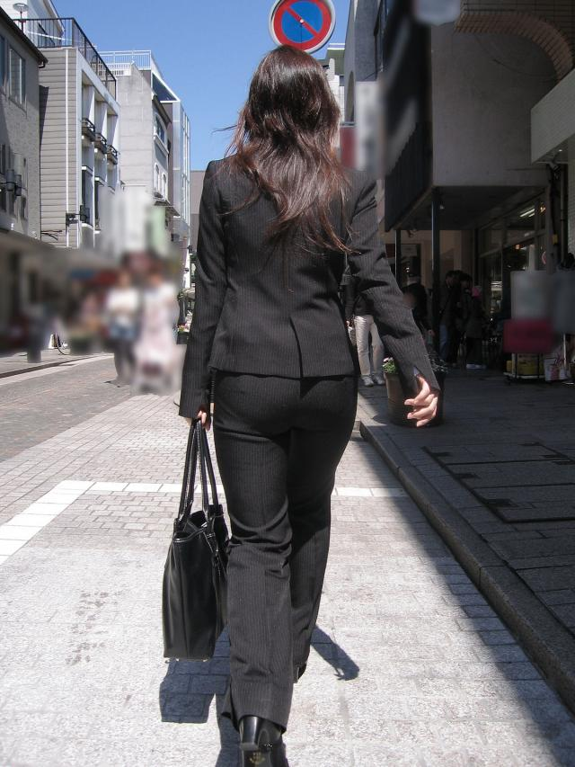 多点盗撮されたOLのスーツ姿のパンティライン画像3枚目