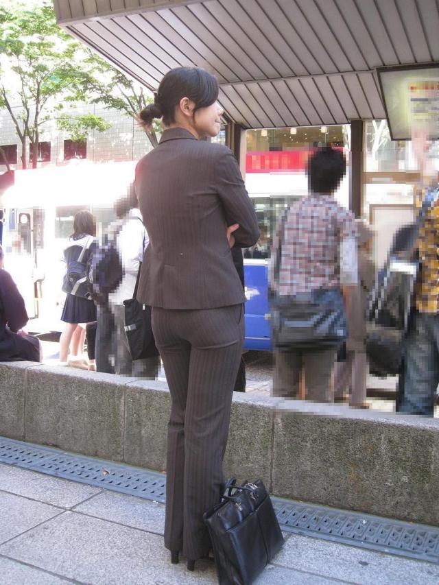 多点盗撮されたOLのスーツ姿のパンティライン画像8枚目
