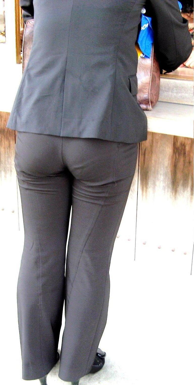 多点盗撮されたOLのスーツ姿のパンティライン画像9枚目