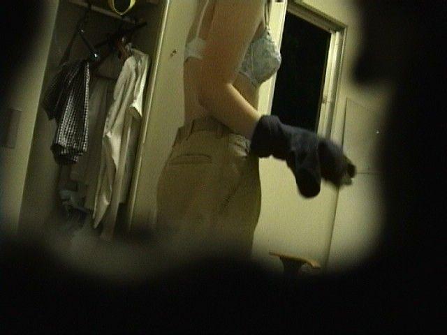 ラブホで後輩OLの盗撮した着替え中ブラホックエロ画像9枚目