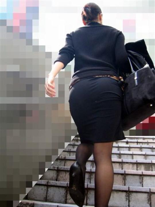 巨尻OLの浮かび上がるパンティライン盗撮エロ画像3枚目