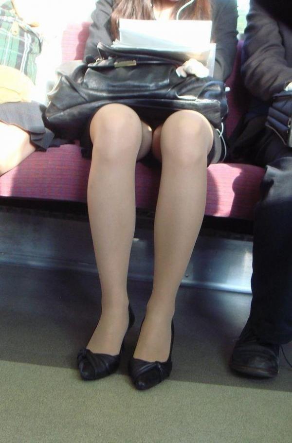 美脚OLの電車内対面三角デルタパンチラ盗撮画像1枚目