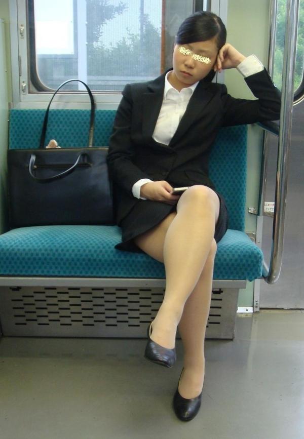 電車内対面の三角デルタパンチラ美脚OLの盗撮エロ画像15枚目