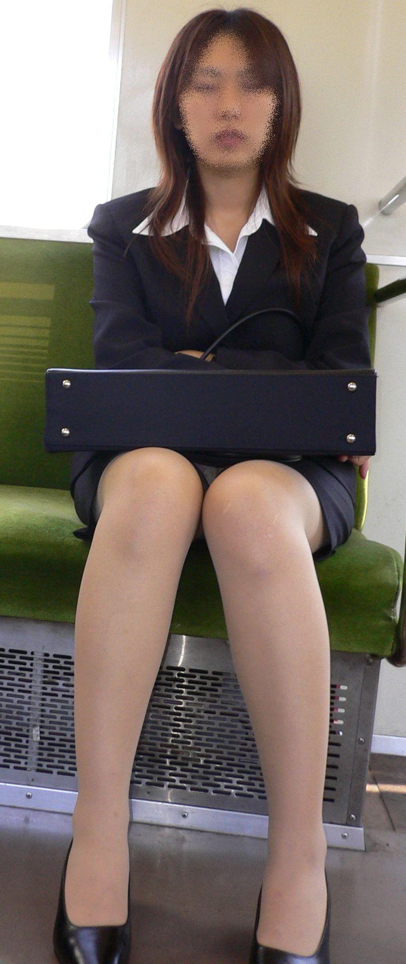 電車内対面の三角デルタパンチラ美脚OLの盗撮エロ画像16枚目