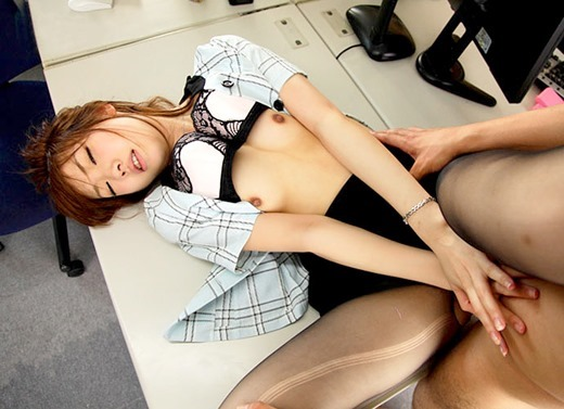 会社内のデスクの上で着衣セックスするOL画像1枚目