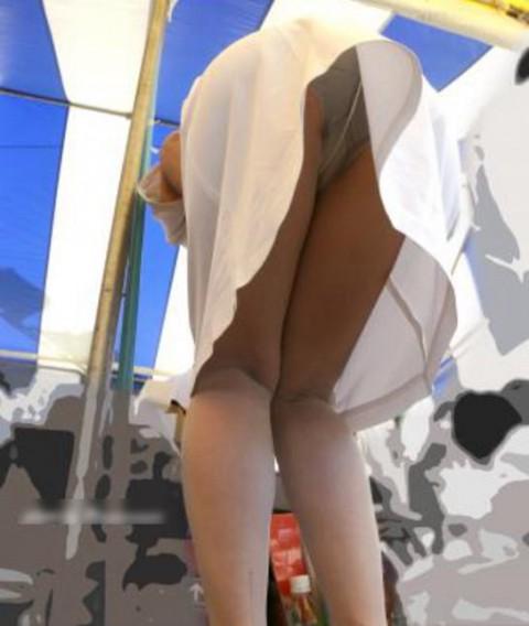 巨乳ナースの透け白衣と逆さ撮りパンスト下着盗撮画像2枚目