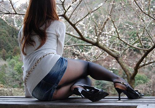 OLの前かがみタイトミニスカート巨尻と美脚エロ画像10枚目