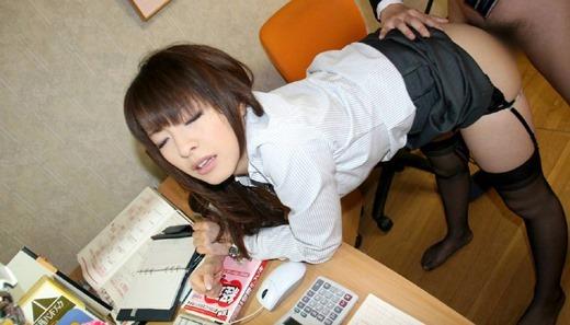 巨乳メガネOLは会社内で着衣セックスすぐ許す画像3枚目