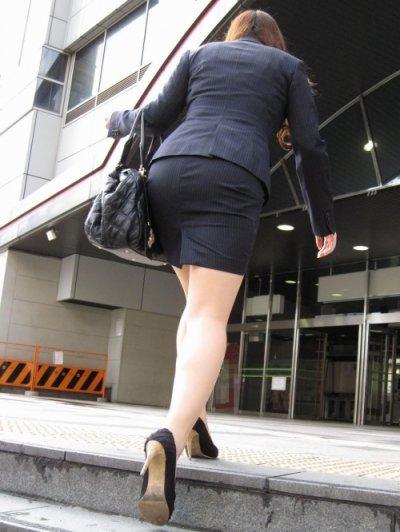OL美尻のタイトスカートの色々なアングルの盗撮エロ画像3枚目