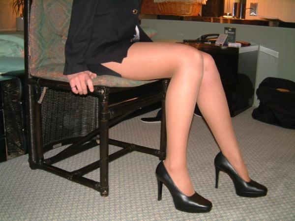 OL美尻のタイトスカートの色々なアングルの盗撮エロ画像11枚目