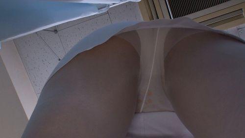 ナースの爽やか水色パンティを逆さ撮り盗撮のエロ画像10枚目