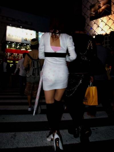 透け透け街撮りOLのパンティラインと下着盗撮画像10枚目