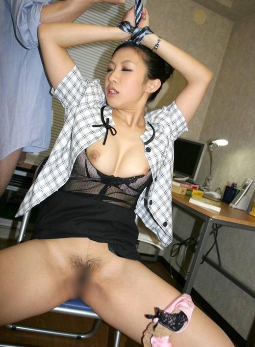 上司が部下OLを会社内で着衣セックスレイプ画像6枚目