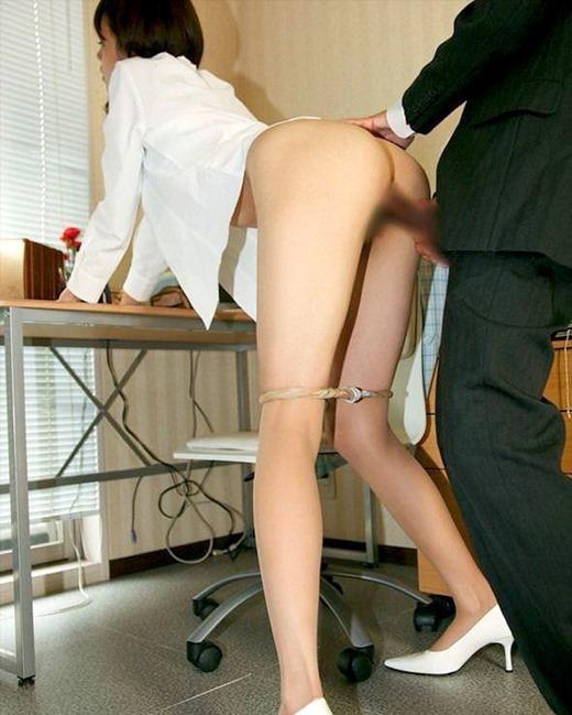 上司が部下OLを会社内で着衣セックスレイプ画像10枚目