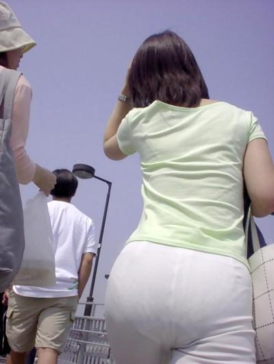 OL巨尻パンティラインをローアングル盗撮のエロ画像7枚目