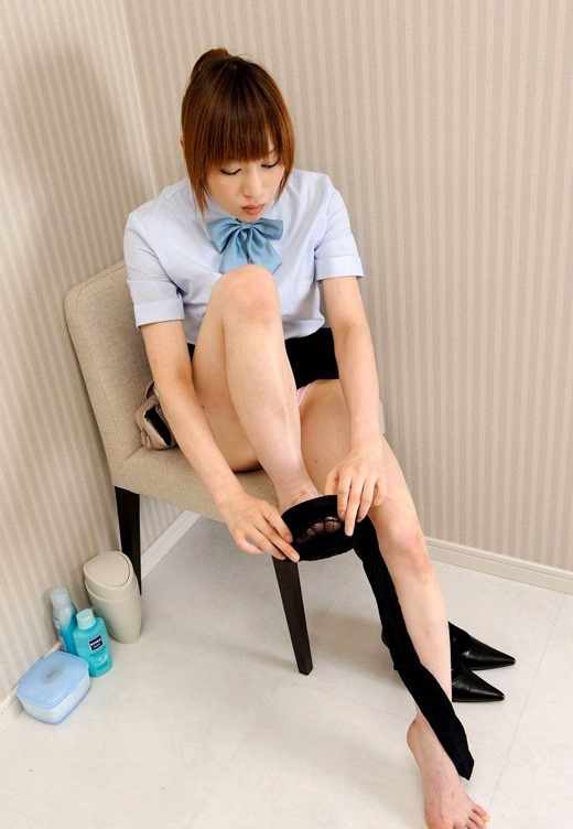 痴女OLが美脚を足組みし挑発的な眼差しの画像13枚目