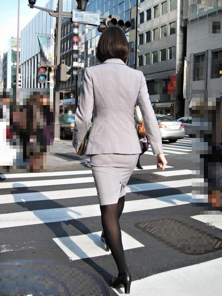 美脚OLはタイトスカートがよく似合う盗撮エロ画像1枚目