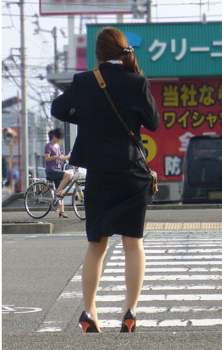 美脚OLはタイトスカートがよく似合う盗撮エロ画像16枚目