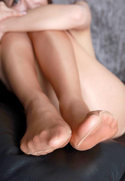 美脚OLの伝線してるパンストの臭そうな足裏エロ画像4枚目