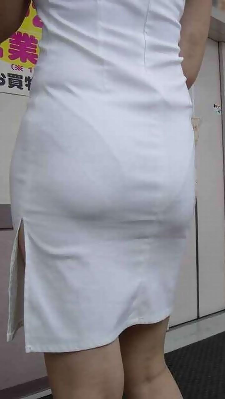 OLの突き出した巨尻の透けパンティライン盗撮エロ画像12枚目