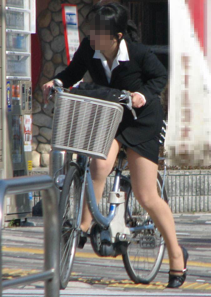 新人OLがリクスーで自転車三角パンチラ寸前盗撮エロ画像1枚目