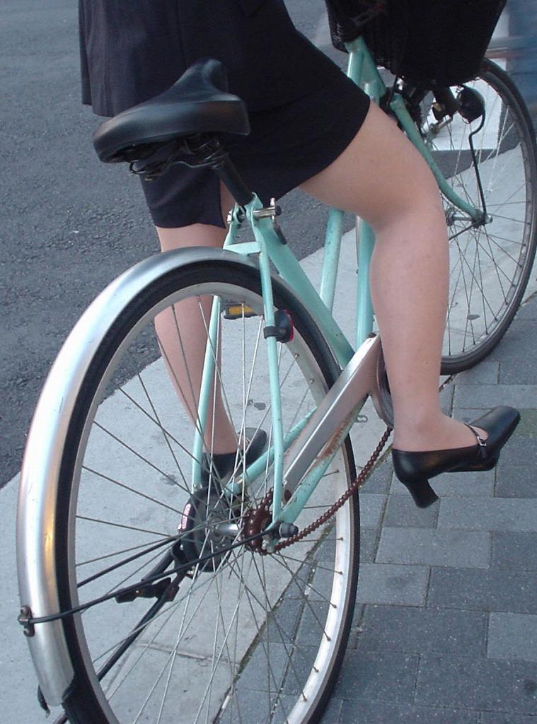 新人OLがリクスーで自転車三角パンチラ寸前盗撮エロ画像2枚目